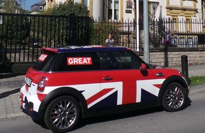 s300_The_GREAT_Britain_MINI_in_front_of_the_embassy